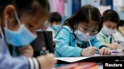 فلپائن کے صدر روڈریگو دوتیرتے نے گزشتہ ماہ کہا تھا کہ اگر طلبہ کا تعلیمی سال ضائع بھی ہو تو بھی انہیں اس وبا سے بچنے کے لیے اسکول نہیں جانا چاہیے۔ (فائل فوٹو)