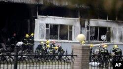 중국 지린성 더후이시의 조류 가공 공장에서 3일 새벽 화재가 발생한 가운데, 소방관들이 사망자 시신을 공장 밖으로 옮기고 있다.