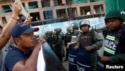 Para pendukung oposisi Kamboja melakukan unjuk rasa menuntut pembebasan 5 anggota parlemen oposisi di Phnom Penh (16/7).