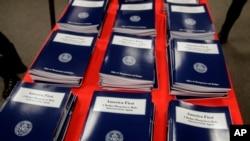 """Kopi premye bidjè administrasyon Prezidan Donald Trump la depoze devan Kongrè a gen pou tit,"""" Lèzetazini Dabò."""" (Foto: AP/J. Scott Applewhite)"""