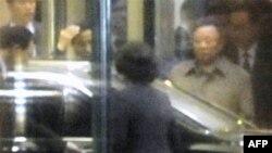 Thủ tướng Trung Quốc Ôn Gia Bảo xác nhận rằng nhà lãnh đạo Bắc Triều Tiên Kim Jong Il (hình trên) đang có mặt ở Trung Quốc trong một sứ mạng tìm hiểu sự thực