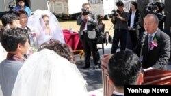 11일 부산대학교에서 열린 탈북자 합동결혼식에서 주례를 맡은 류우익 한국 통일부장관(오른쪽).