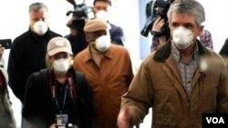 瑞吉尔议员考查使用有毒石膏板材料的住宅(照片来源: http://rigell.house.gov/)