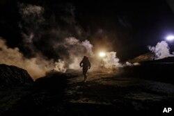 La Oficina de Aduanas y Protección Fronteriza dijo en un comunicado que se lanzó el gas contra personas que arrojaban rocas, lejos de los migrantes que trataban de cruzar.