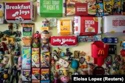 Mainan dan kemasan makanan cepat saji di rumah Percival Lugue, yang memegang rekor dunia Guinness untuk koleksi mainan cepat saji terbesar, di Apalit, Pampanga, Filipina, 20 April 2021. (Foto: REUTERS/Eloisa Lopez)
