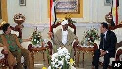 Le président Omar el-Béchir (au milieu) s'entretenant avec le leader libyen moammar Kadhfi (̂à gauche) et son homologue égyptien, Hosni Moubarak (à droite) le 21 Dec 2010 à Khartoum