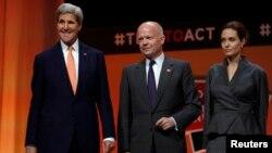 13일 영국 런던에서 개막한 '분쟁 지역 성폭력 근절을 위한 국제회의'에 존 케리 미국 국무장관(왼쪽)과 영국의 윌리엄 헤이그 외무장관(가운데), 미국의 유명 배우이자 유엔 특사인 안젤리나 졸리(오른쪽)이 참석했다.