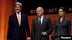 """(左到右)美国国务卿克里,英国外交大臣黑格和女演员安吉莉娜裘莉在伦敦举行的""""终结冲突地区性暴力""""峰会合影。(2014年6月13日)"""
