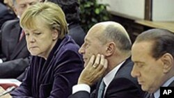 Almanya Başbakanı Angela Merkel bir AB zirvesinde İtalya Başbakanı Silvio Berlusconi (en sağda) ile
