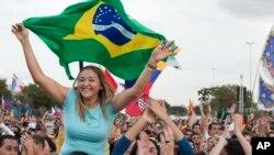 Miles de jóvenes de todo el mundo ya se encuentran en Río de Janeiro a la espera del Papa Francisco I. este domingo participaron de una misa campal en Sao Paulo.