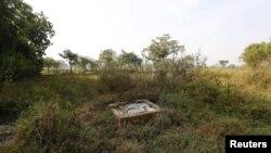 Sebuah jamban (WC) terbuka di sebuah adang di wilayah Gorba, negara bagian Chhattisgarh, India (Foto: dok).