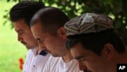 Mantan napi Guantanamo (kiri ke kanan: Abdulla Abdulqadir, Ablakim Turahun, Salahidin Abdulahat) berdoa bersama di tempat penampungan mereka di daerah suburban Clearview, Hamilton, pulau Bermuda (Foto: dok). Dua napi Uighur baru-baru ini dibebaskan dari p