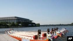 ເຮືອພະຍານາກ ຈອດຢູ່ແມ່ນໍ້າ Potomac ລໍຖ້າລູກເຮືອເຂົ້າແຂ່ງຂັນ ໃນວັນທີ່ 19-20 ພຶດສະພາ 2012.