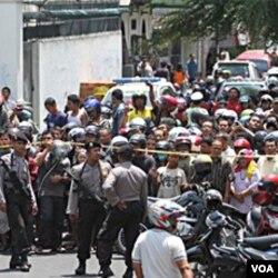 Warga setempat berkumpul di lokasi Gereja Bethel Indonesia Sepenuh (GBIS) di Solo, pasca terjadinya serangan bom bunuh diri (25/9).