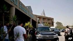 Devant l'hôpital de Dar Al Fouad au Caire, en Egypte, le 16 septembre 2015.