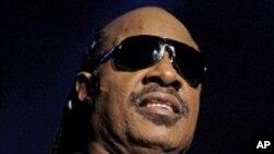 Stevie Wonder, otè-konpozitè siksè tankou: Part Time Lover, Master Blaster, Superstition, Ebony and Ivory, I Just Called To Say I Love You.