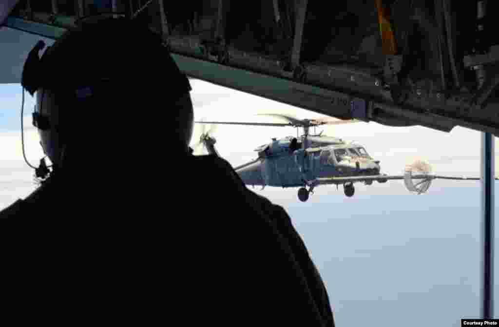 直升飞机空中加油之一(美国空军提供)