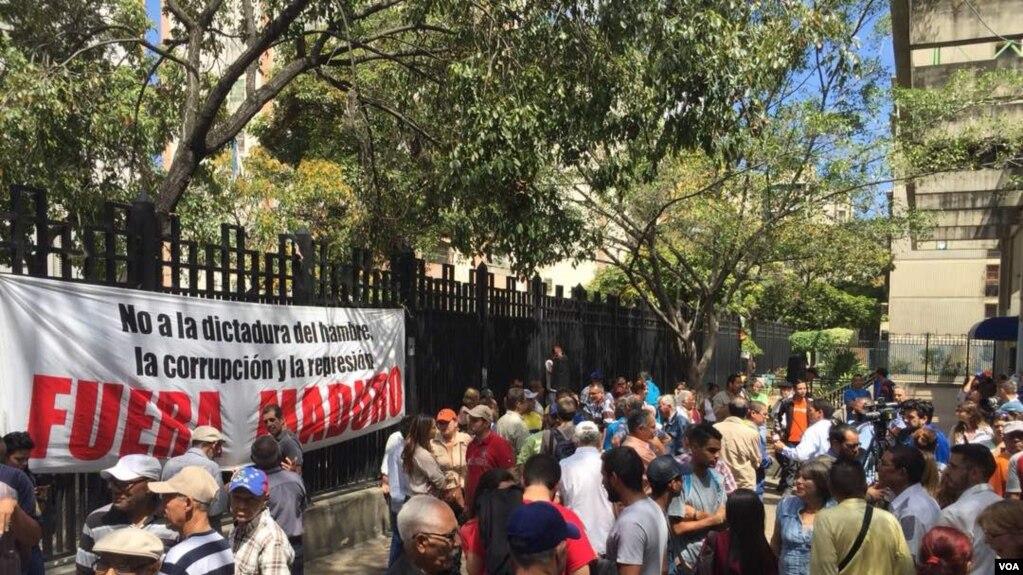 """El gobierno suizo exigió al presidente Nicolás Maduro """"restaurar la integridad del proceso electoral"""". En la foto, manifestantes protestan en Caracas contra las elecciones venezolanas."""