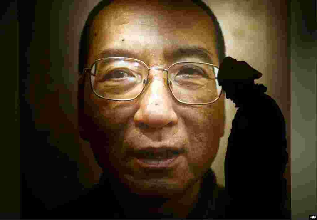 Oslo'daki Nobel Barış Merkezi'nde Liu Xiaobo'nun posteri. Çinli muhalif Liu bu yılın Nobel Barış Ödülü'nü kazandı. Ama 10 Aralık'ta Liu Nobel Barış Ödülü'nün takdim edildiği törene katılamadı. Çinli muhalif ülkesinde 11 yıllık hapis cezasını çekiyor. (Reu