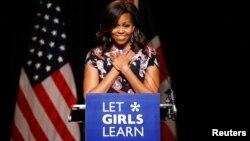 Bà Michelle Obama trong chuyến thăm trường học ở Anh năm 2015.
