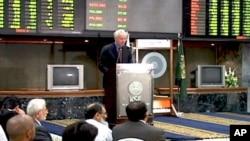 کراچی اسٹاک ایکسچینج میں سرمایہ کاروں سے خطاب کرتے ہوئے امریکی سفیر کیمرون منٹر