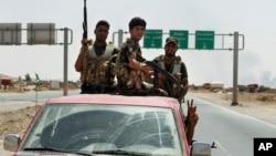 Dân quân người Shia tuần tra sau khi giải vây cho thị trấn Amerli, cách thủ đô Baghdad 170 km về hướng bắc, ngày 31 tháng 7, 2014.