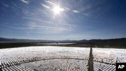 300.000 paneles solares controlados por computadora funcionan en la planta solar eléctrica de Ivanpah en Prim, Nevada.