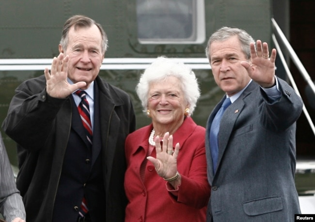 U.S. President George W. Bush (R) waves alongside his parents, former President George Bush and former first lady Barbara Bush upon their arrival Fort Hood, Texas, April 8, 2007.