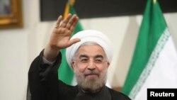 기자단을 향해 손을 흔드는 이란의 하산 로하니 대통령