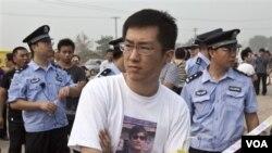 Qi Jianxiang, putera aktivis HAM Wang Lihong, saat akan memasuki pengadilan di Beijing untuk menghadiri peradilan ayahnya (12/8).