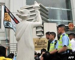 民主女神像最终获准置于中联办前