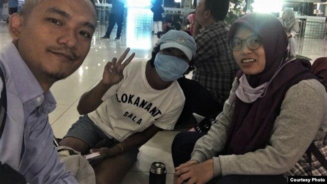 Yuli Riswati (kanan) setibanya di bandara Juanda, Surabaya setelah dideportasi dari Hong Kong, Senin malam (2/12). (Courtesy: Migrant Care)