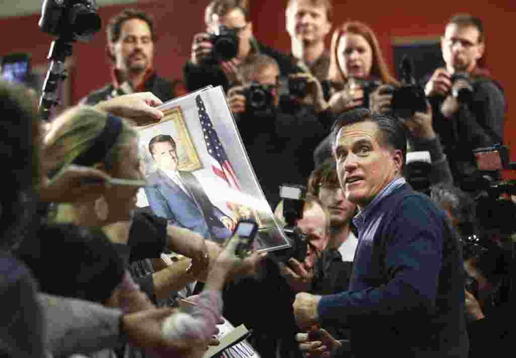 Mitt Romney berkampanye di Pinkerton Academy di Derry, New Hampshire, 7 Januari (AP).