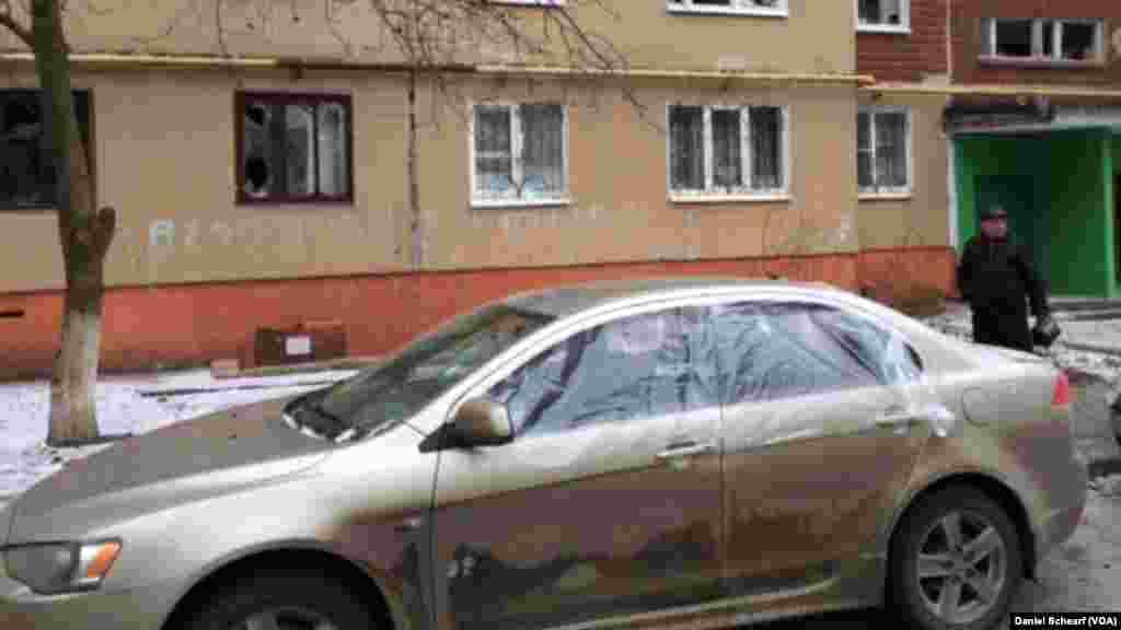 خرابیهای ناشی از اصابت موشک در منطقه مسکونی شهر کراماتورسک واقع در شرق اوکراين است – ۲۱ بهمن ۱۳۹۳ (۱۰ فوريه ۲۰۱۵)