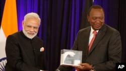 Waziri Mkuu wa Kenya, Narendra Modi (L) na Rais wa Kenya, Uhuru Kenyatta. Julai 11, 2016