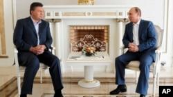 Presiden Ukraina Viktor Yanukovych (kiri) bertemu Presiden Rusia Vladimir Putin hari Jumat 6/12 di kota peristirahatan Sochi, Rusia (foto: dok).