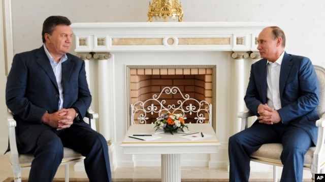 FILE - Russian President Vladimir Putin (R) is seen at a meeting with Ukrainian President Viktor Yanukovych.
