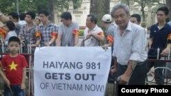 Đông đảo nhân viên nhà nước ngăn cản người biểu tình phản đối Trung Quốc hồi hè 2014