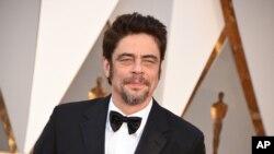 """Benicio del Toro a su llegada a la entrega #88 de los premios Oscar. Los Angeles, 28-2-16. Del Toro hace el papel de Alejandro en """"Sicario, Day of the Soldado"""" que se estrena esta semana en Estados Unidos."""