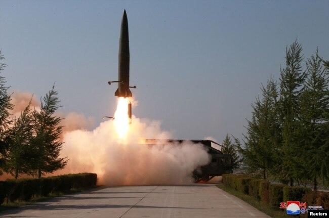 Un misil lanzado en Corea del Norte durante una prueba militar el 10 de mayo de 2019. Foto proporcionada por agencia central de noticias coreana KCNA.