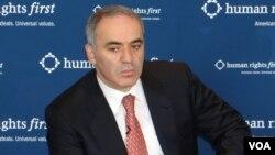 گری کاسپاروف، قهرمان پیشین شطرنج جهان، فعال حقوق بشر و دموکراسی طلب روسیه از مخالفان سرشناس رئیس جمهوری آن کشور است.