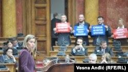 Visoka predstavnica EU Federika Mogerini održala je govor u Skupštini Srbije praćena skandiranjem predstavnika SRS.