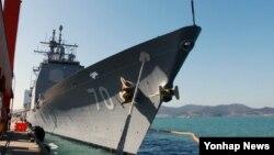 미한 연합훈련인 독수리연습 참가하기 위해 10일 한국 목포항 신항부두에 미국 해군 미사일 순항함 레이크 이리함(CG-70)이 입항했다. 레이크 이리함을 비롯해 미국 함정 4척은 목포와 평택, 동해항을 각각 방문했다.