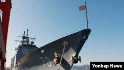 미한 연합훈련인 독수리연습 참가하기 위해 지난 10일 한국 목포항 신항부두에 미국 해군 미사일 순항함 레이크 이리함(CG-70)이 입항했다. 레이크 이리함을 비롯해 미국 함정 4척은 목포와 평택, 동해항을 각각 방문했다.