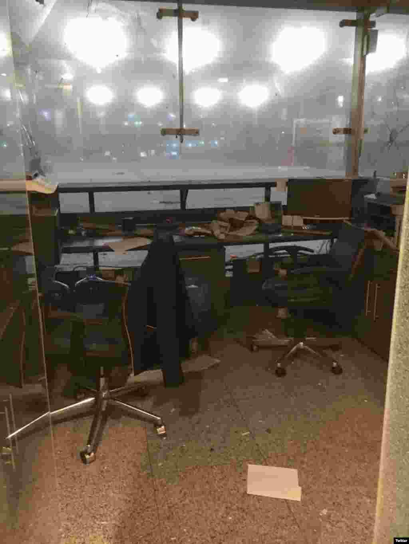 دھماکوں کے بعد ہوائی اڈے کا ایک کاؤنٹر