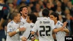 Para pemain Real Madrid merayakan gol yang dicetak Marcelo (tengah) dalam laga kedua putaran 16 besar Liga Champions melawan Lyon di Stadion Santiago Bernabeu, Rabu (16/3).