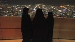Des iraniennes sur la tour télécom de Téhéran avant le 32ème anniversaire de la révolution islamique d'Iran,11 February 2011.