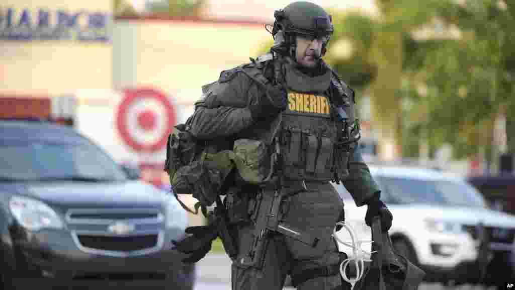 Un membre des forces d'intervention - SWAT - arrive sur les lieux de la tuerie à Orlando, le 12 juin 2016.