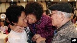 Ông Kim Sung-bok gặp lại con gái Kim Hee Seok ở Bắc Triều Tiên (trái) tại Núi Kim Cương, ngày 3/11/2010.