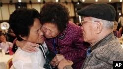 Ông Kim Sung-bok ở Nam Triều Tiên (phải) gặp lại con gái Kim Hee Seok từ miền Bắc tại núi Kim Cương ở Bắc Triều Tiên, trong một cuộc đoàn tụ gia đình.